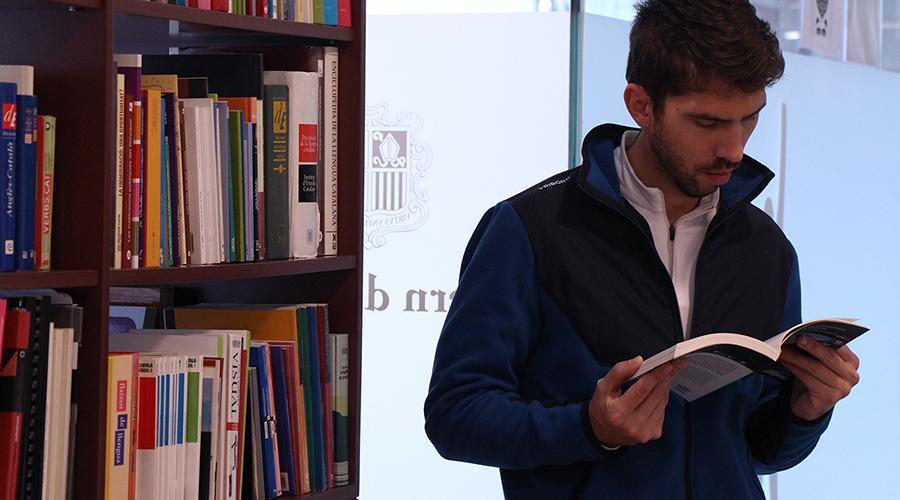 Una persona en un centre d'autoaprenentatge de català