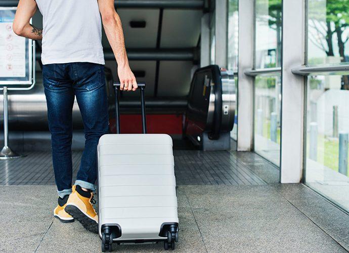 Un turista estirant una maleta