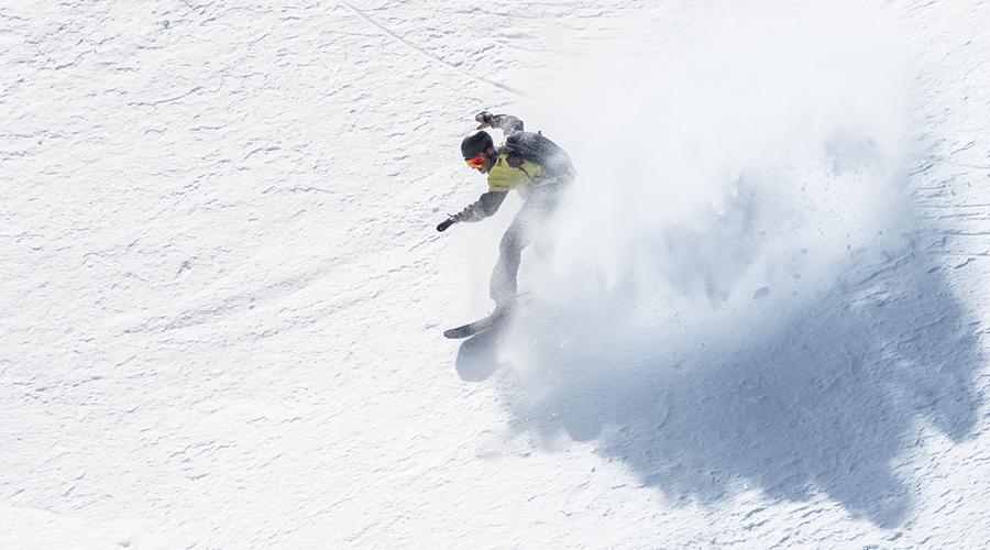 un esquiador practicant freeride