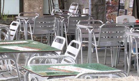 La terrassa buida d'un bar