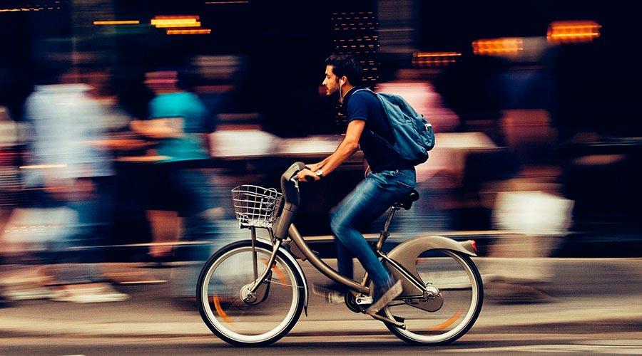 Un ciclista per una via urbana