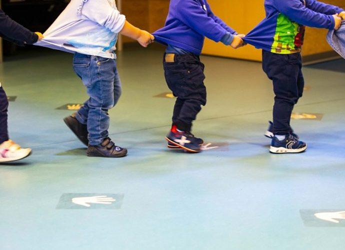 infants jugant en una guarderia
