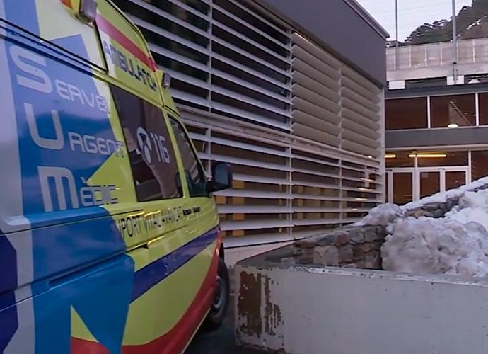 Una ambulància del SUM està a la porta de l'escola francesa d'Ordino per atendre als afectats
