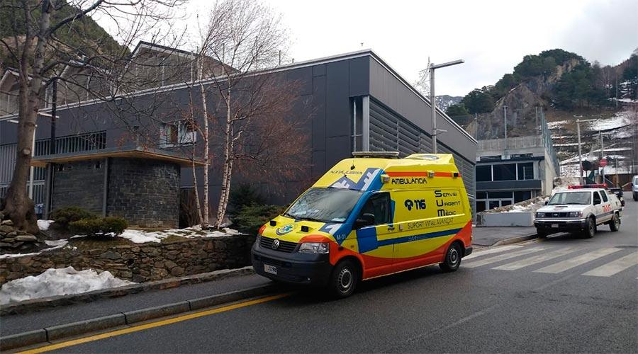Una ambulància del SUM devant l'escola francesa d'ordino