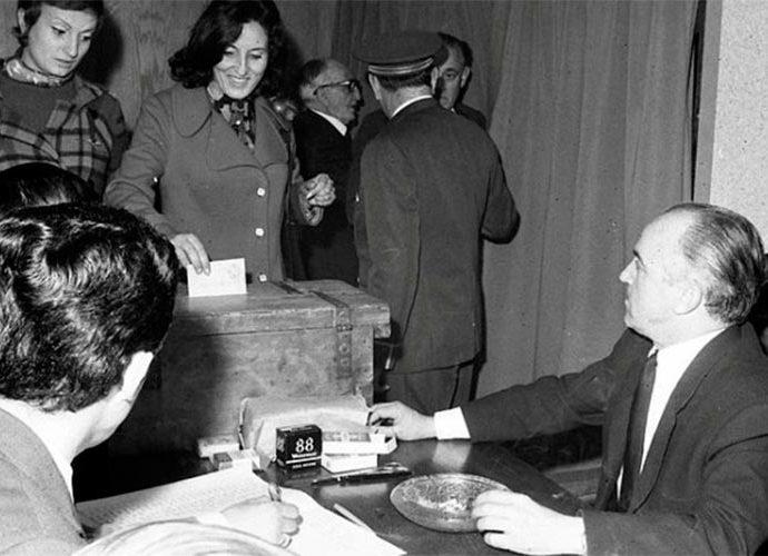 Joan Armengol Pal presideix la mesa electoral en les primeres eleccions en que es va permetre el sufragi femení