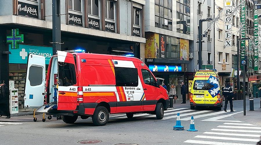 ambulància assistint un atropellament