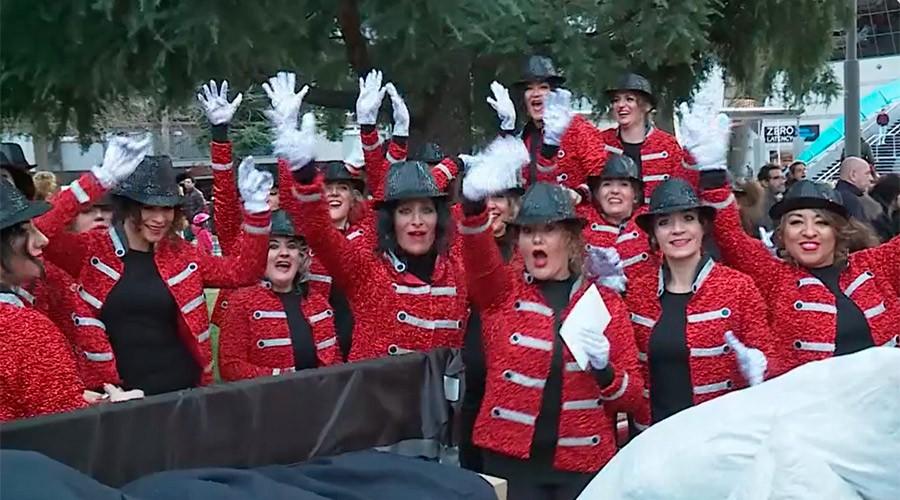 Noies disfressades de Michael jacson a la rua de carnaval