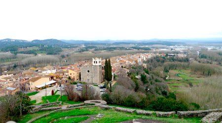 vista del castell a la població d'Hostalric