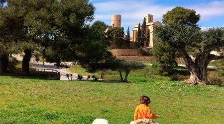 Una nena davant del castell de Ribes