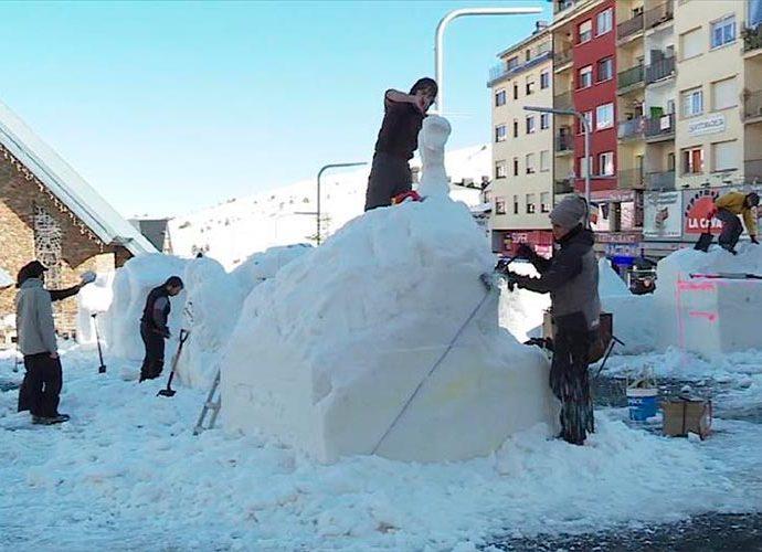 Els escultors comencen a donar forma als blocs de neu