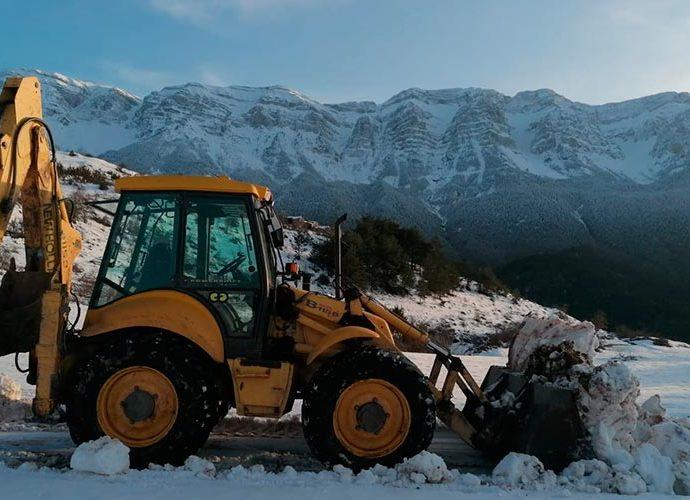 una excavadora neteja una carretera al Cadí