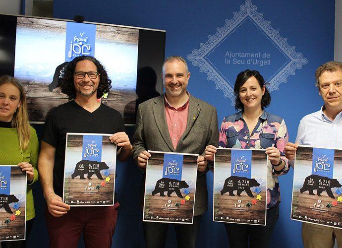 autoritats de la Seu mostren el cartell del Festival del Joc del Pirineu