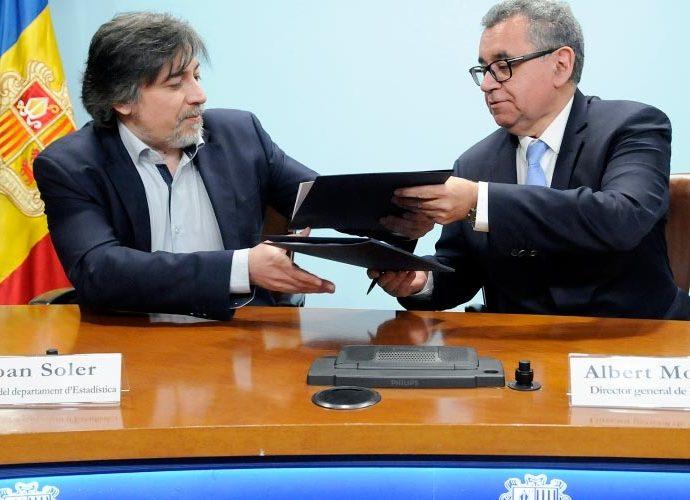 Joan Soler i Albert Moles intercanvien les carpetes del conveni