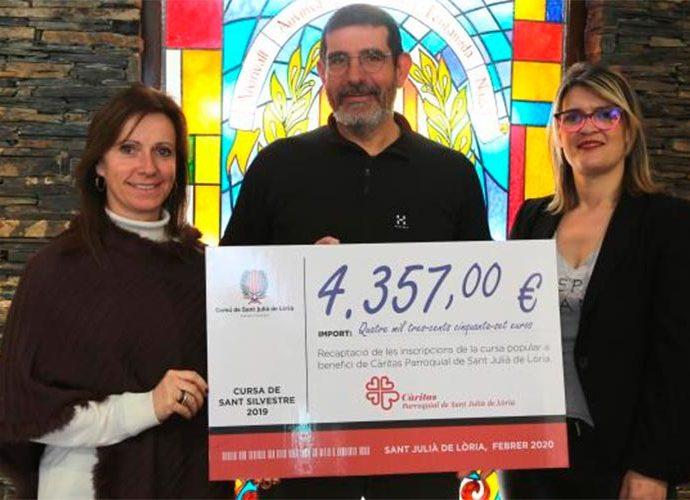 Mireia Codina i Diana Sánchez entreguen a Jordi González de Càritas de Sant Julià la recaptació de la cursa Sant Silvestre