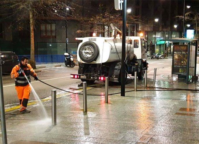 Operari del departament d'Higiene del Comú d'Andorra la Vella netejant amb aigua a pressió al carrer Prat de la Creu