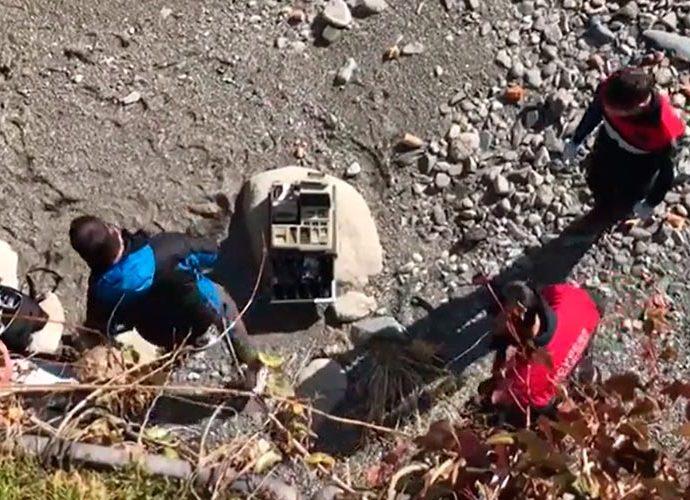 Agents de policia fotografien una caixa registradora que els lladres han llençat al costat del Valira