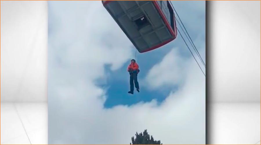 Un esquiador baixa amb cordes del telefèric