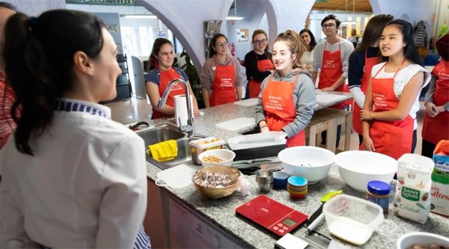 Joves en un taller de cuina