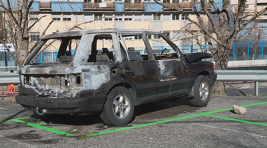 Un vehicle cremat en un aparcament de l'avinguda Salou