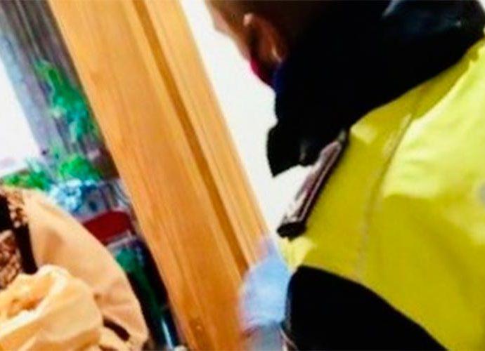 Un agent de circulació del Comú d'Encamp entrega un àpat a una persona gran