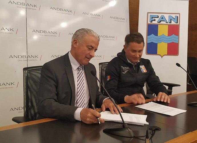 El subdirector general de banca país d'Andbank, Josep Maria Cabanes, i el vicepresident de la FAN, Joan Clotet, signen la renovació del conveni.