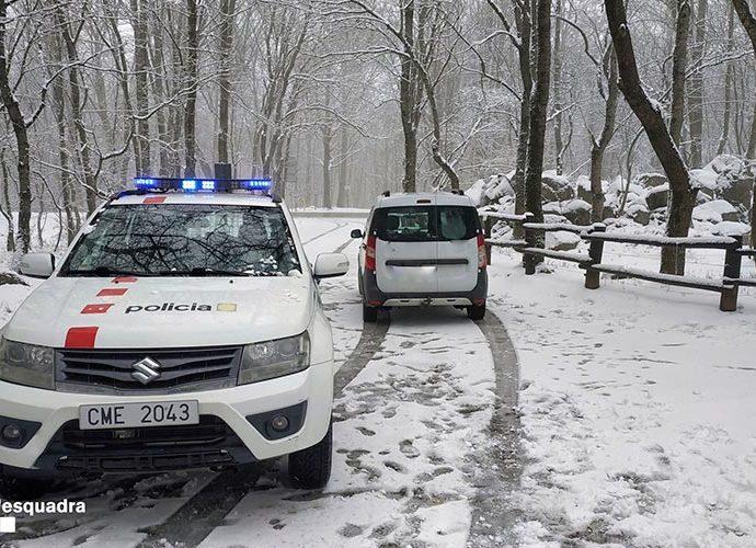Control policial en l'accés a un espai natural (Foto: Mossos)