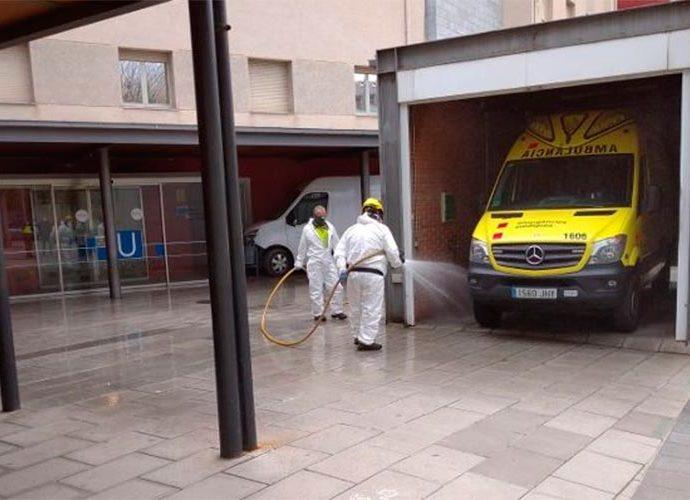 Operaris realitzant la desinfecció als voltants de l'hospital de la Seu d'Urgell