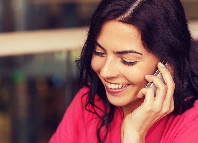 dona emprenedora parlant pel mòbil