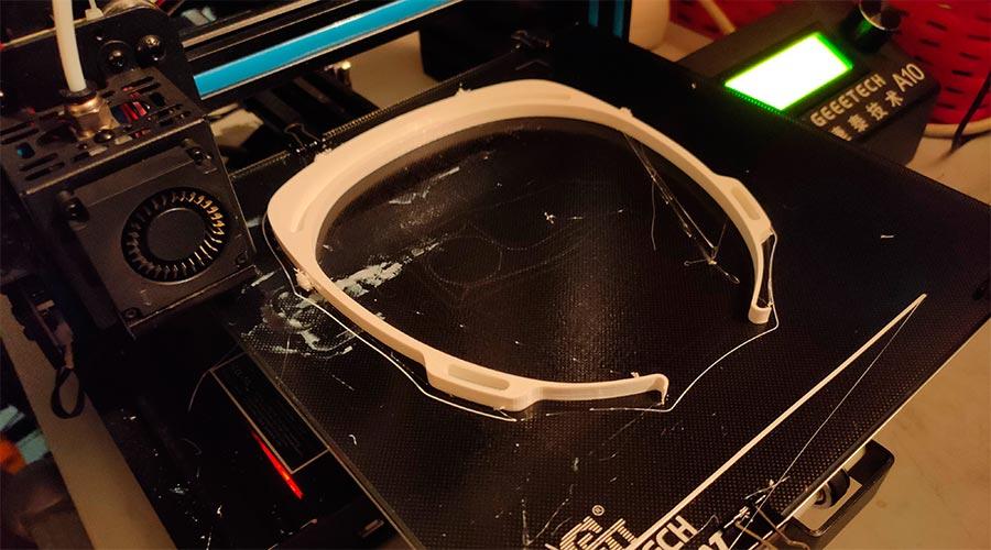 Peça d'una màscara de protecció facial fabricada amb una impressora 3D (Foto: Marc Llovera)