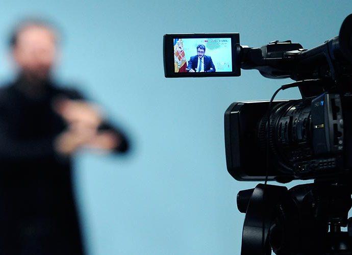 Jover a la càmera i l'intèrpret desenfocat al fons