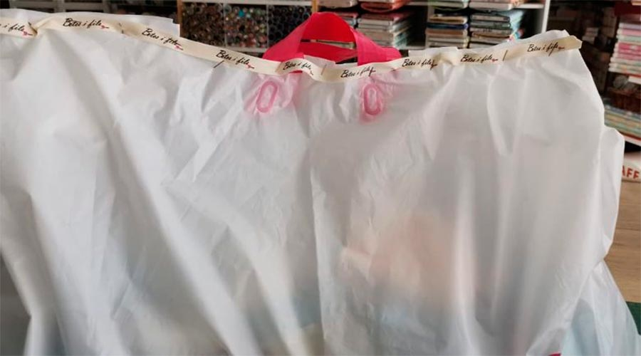 Una bossa amb mascaretes fetes pels voluntaris a punt per entregar