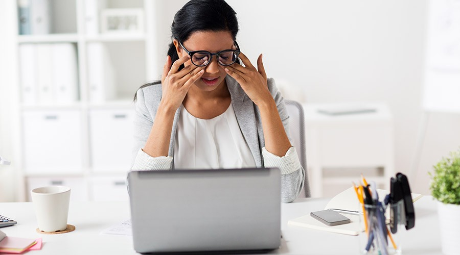Persona amb somnolència davant d'un ordinador