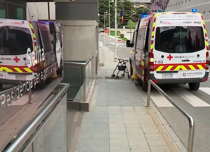 Una ambilància de la Creu Roja davant el centre residencial La Salita