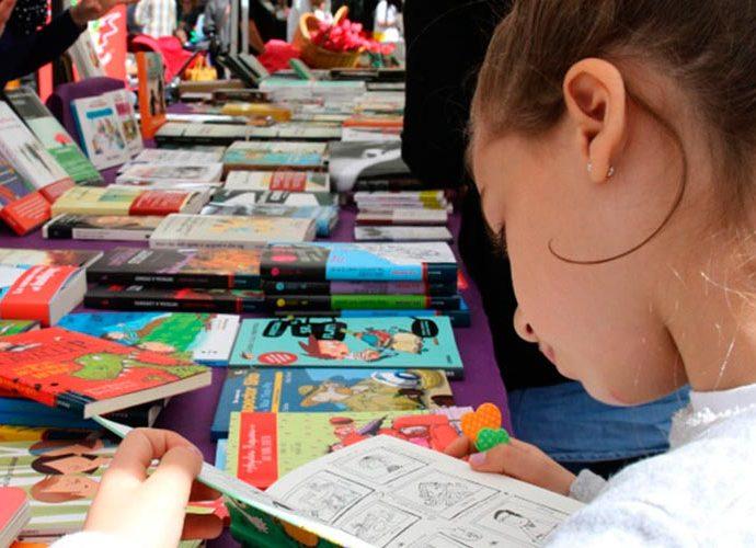 Parades de llibres al carrer per la festa de Sant Jordi. Foto: ARXIU