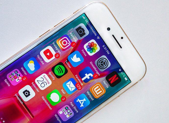 mòbils amb els logotips de xarxes socials