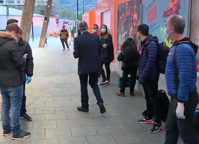 Grup de temporers argentins a l'estació d'autobusos