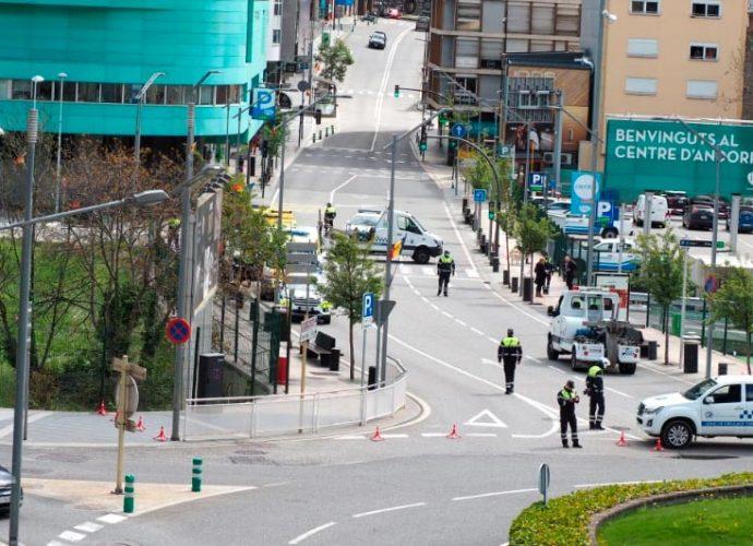 Desplegament de sanitaris, policies i agents de circulació per un atropellament al vial de la unió