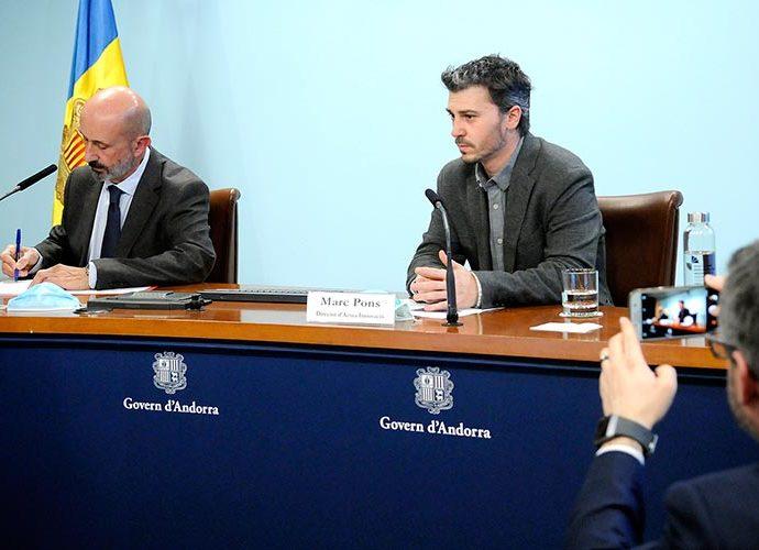 Martínez Benazet i Marc Pons a la taula, mentre Jover els fotografia amb el mòbil
