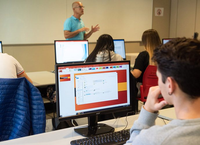 Una classe d'informàtica de l'UdA