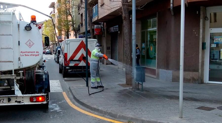 Un operari desinfectant un carrer de la Seu