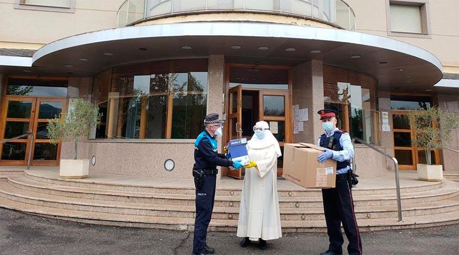 Policia municipal i Mossos d'Esquadra entreguen material sanitari a la llar Sant Josep