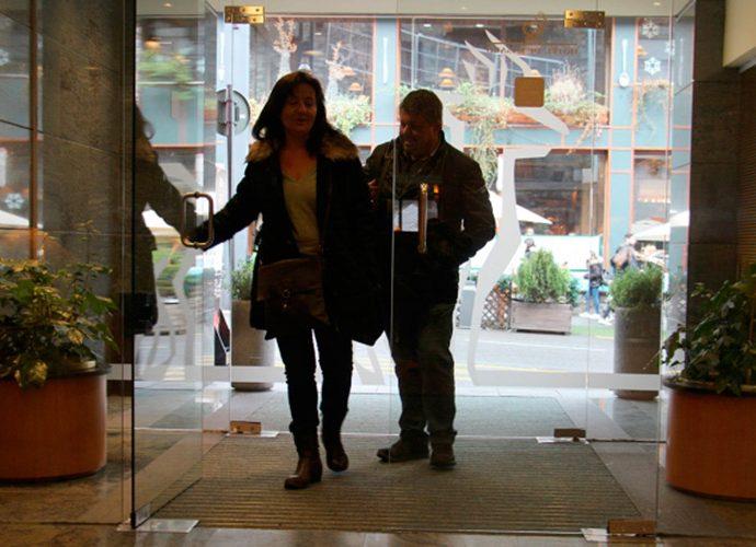 Dos turisrtes entren en un hotel