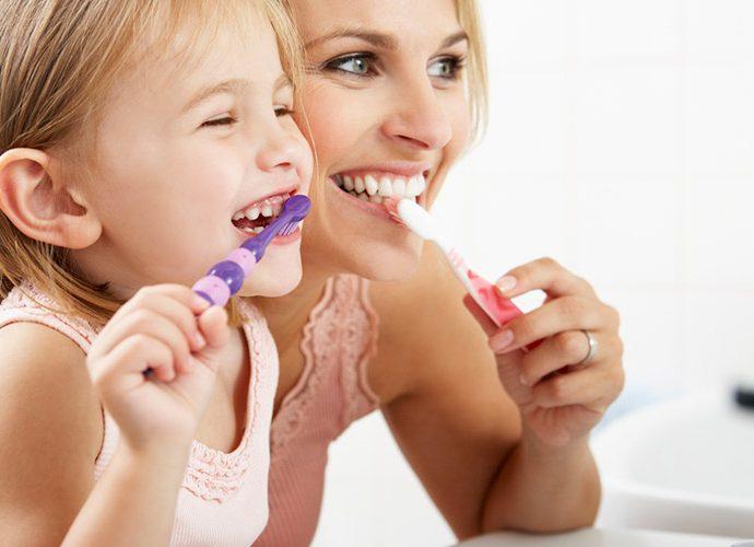 mare i nena rentant-se les dents