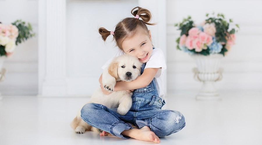 nena amb un gos