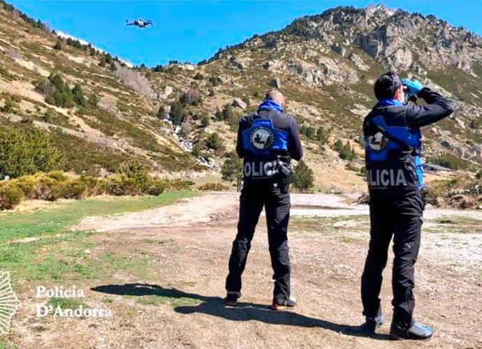 Una patrulla de Policia controla amb un dron els moviments a la muntanya