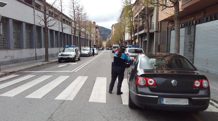 La policia municipal de la Seu realitzant un control