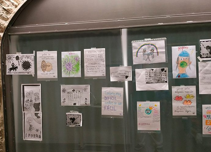 Dibuixos en una finestra del sant Hospital