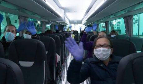 Temporers portuguesos a l'autocar que els ha de retornar al seu país d'origen