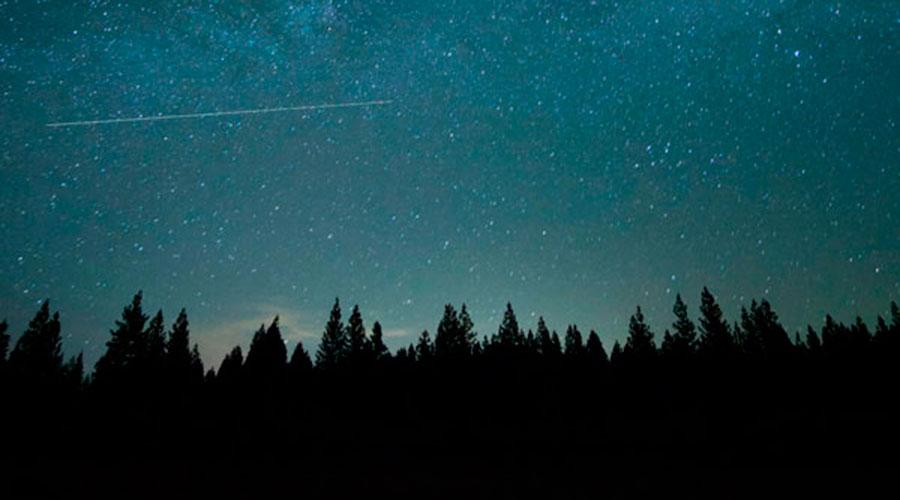 Cel estrellat amb el pas d'un cometa