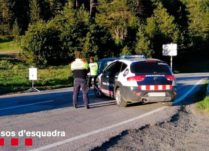 Un control del Mossos d'Esquadra en una carretera pirinenca